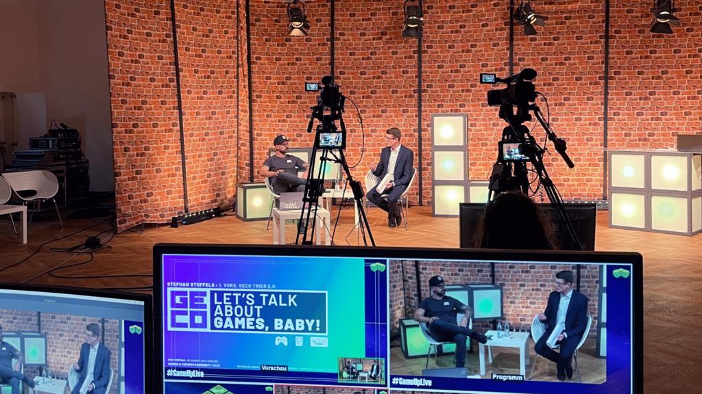 Ein Blick aus der GameUp-Video-Regie. Dahinter: Ryorg und Stephan von der Gaming- und eSports-Community Trier e.V. im Talk.